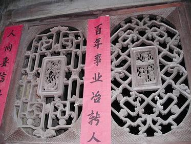 的木雕工艺,历史悠久。大都用于转角楼、凉亭桥及祠堂、庙宇及其各类崇拜的先人和神仙(菩萨)。殷实人家的大门、亮窗及姑娘嫁奁上雕刻花纹图案。木雕窗花较多,木雕嫁奁最精,如洗脸架、挂衣架,特别是三滴水牙床。 三滴水牙床是带踏板的雕花牙床。这种牙床有三层滴檐,层层镂花雕刻,下有雕花边缘的踏脚板,另外有三面雕花床廊,装饰花板,有的嵌有镜屏。满床雕刻的图案多为喜鹊闹梅、双凤朝阳、龙凤呈祥、麒麟送子等等。这些图案往往刀法干净、线条流畅,物象传神,构图饱满,生动有趣。是坡脚一带土家族殷实家庭姑娘的主要嫁妆之